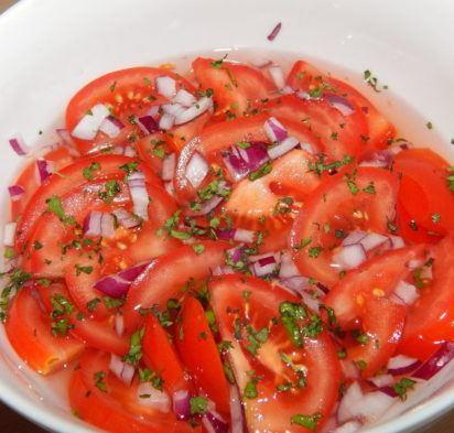 Salat-iz-pomidorov-s-lukom-v-marinade